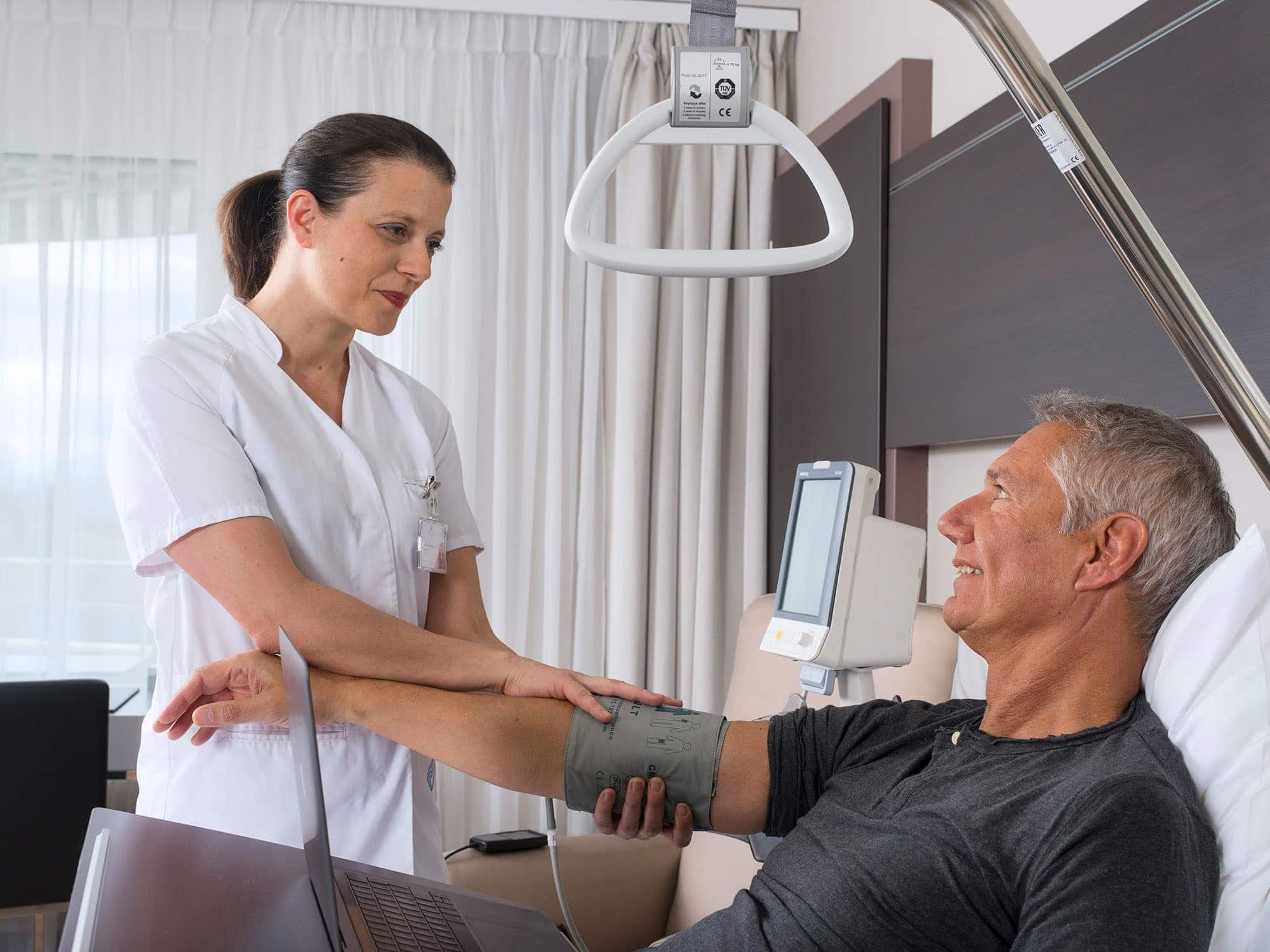 infirmière s'occupant d'un malade pour une commande de photos corporate