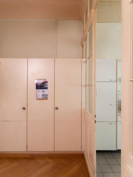 armoires à côté de la cuisine