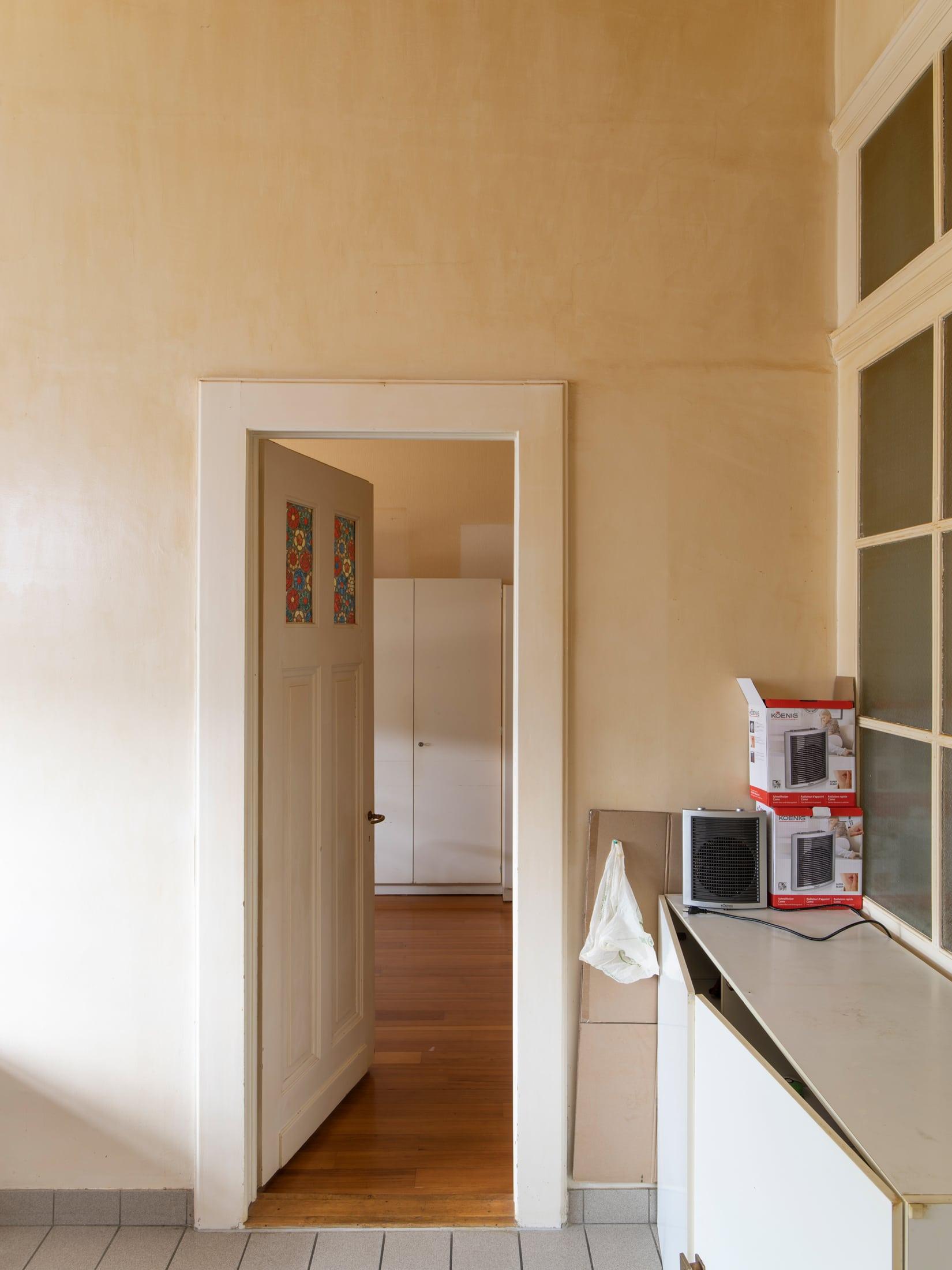 porte ouverte accédant à une chambre