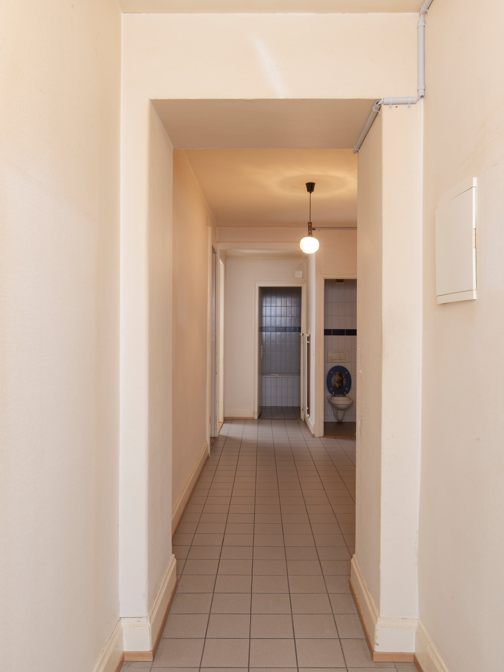corridor donnant sur les toilettes