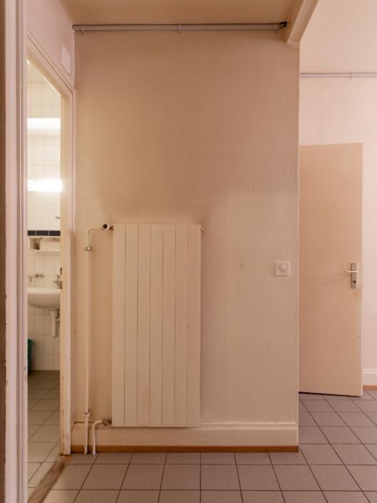 radiateur à côté d'une salle de bains