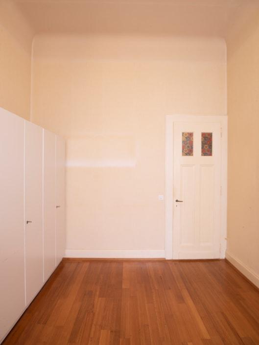 chambre avec porte et parquet