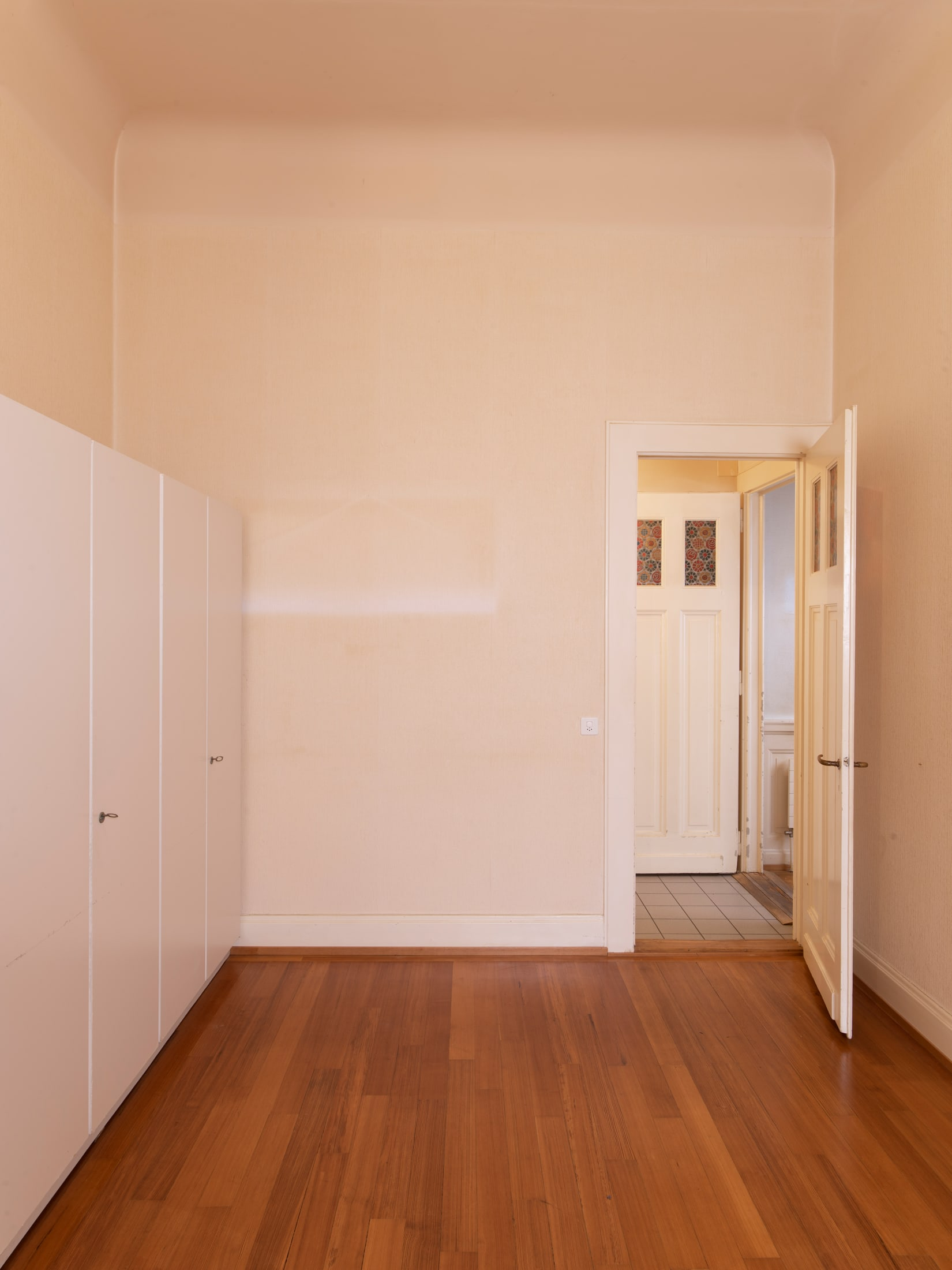 chambre avec porte ouverte et parquet