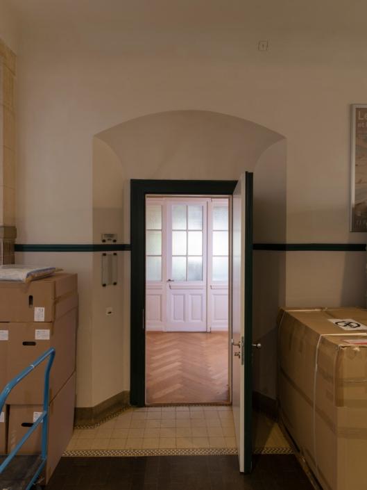 porte ouverte donnant sur appartement de concierge dans un gymnase à Lausanne