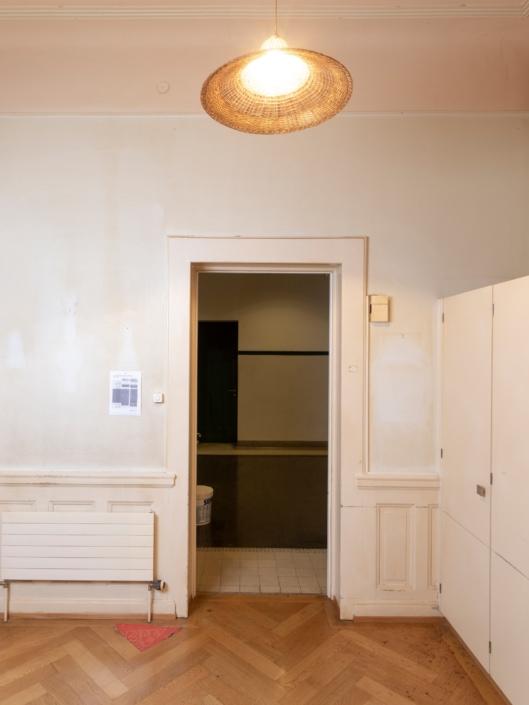 porte d'entrée depuis l'intérieur d'un appartement de concierge dans un gymnase à Lausanne