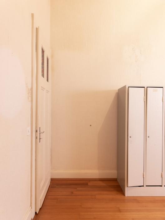 asiers à côté d'une porte