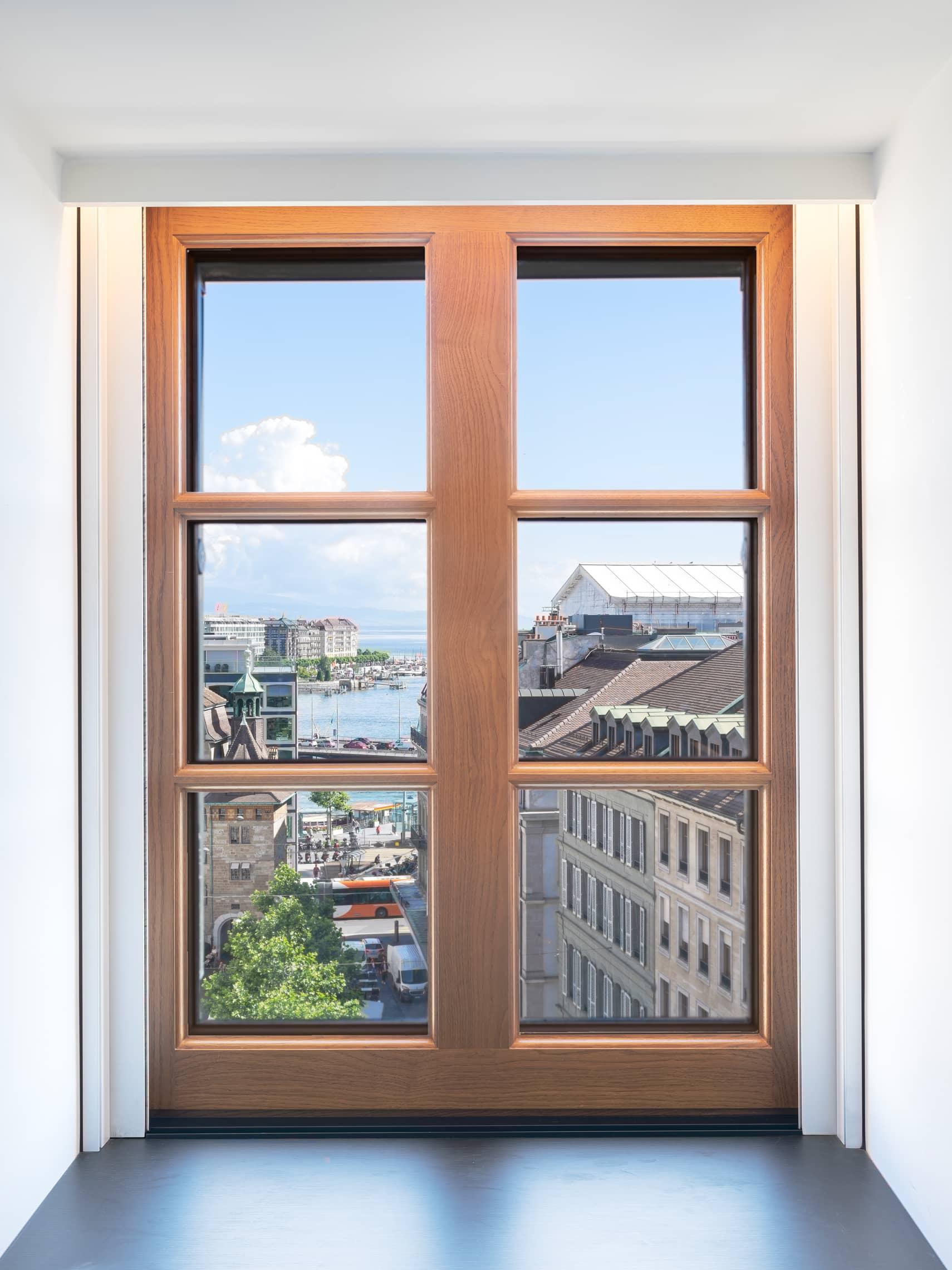 vue sur la rade de Genève derrière une fenêtre
