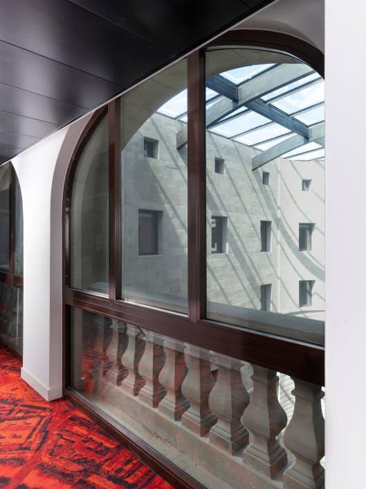 coure intérieure surplombée d'un toit en verre