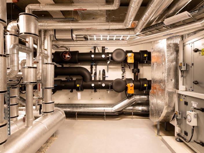 tuyaux au sous-sol d'immeuble