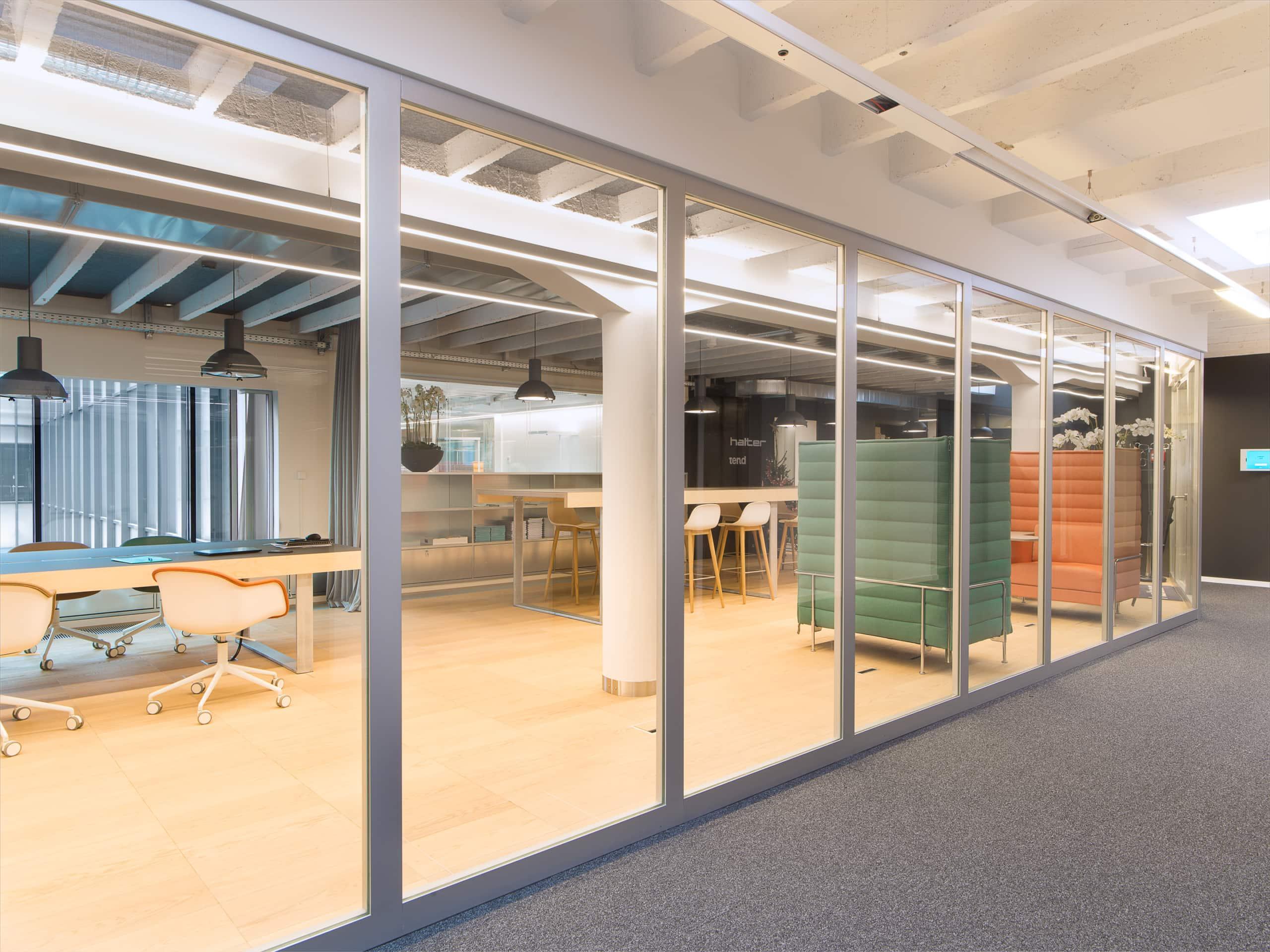 corridor menant à l'accès à une entreprise
