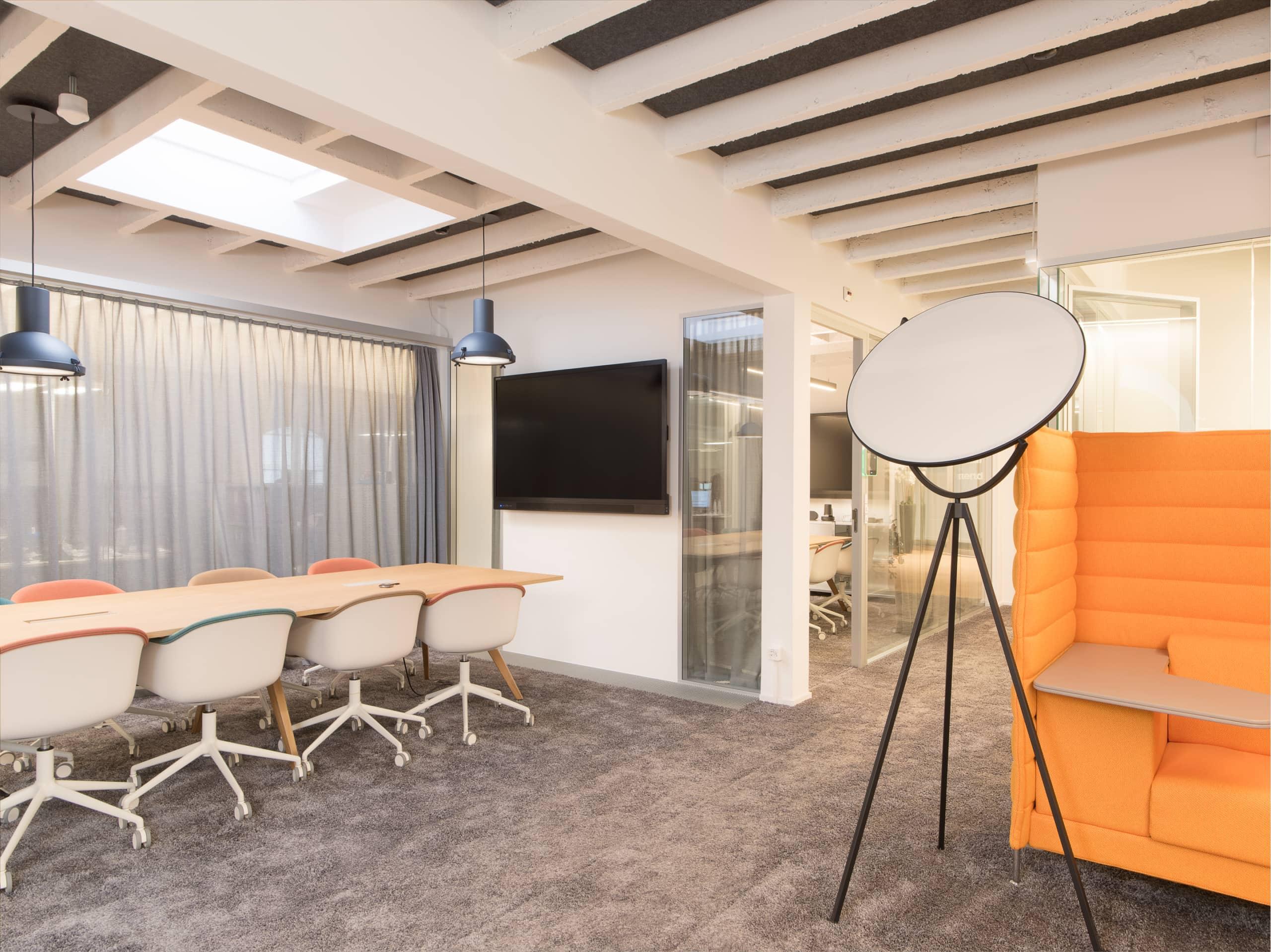 table de réunion avec écran