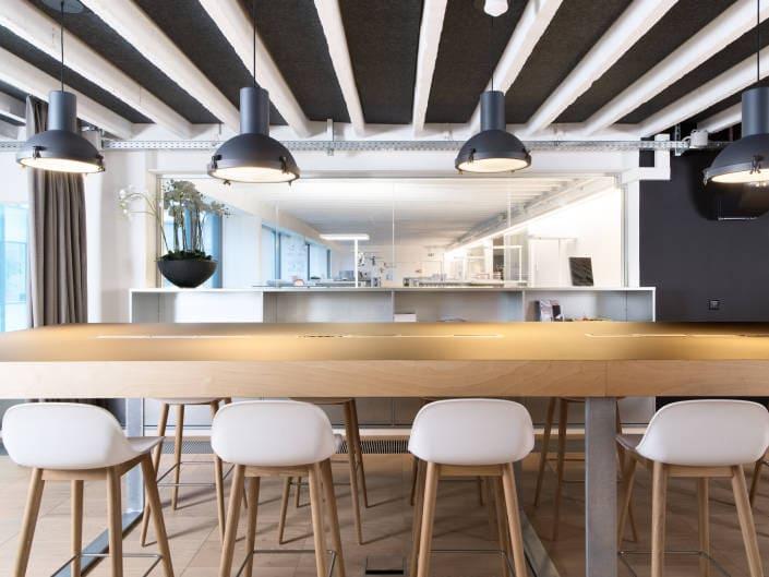 table de réunion avec bureaux en arrière fond