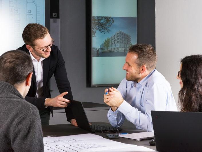 dialogue entre deux cadres d'entreprise