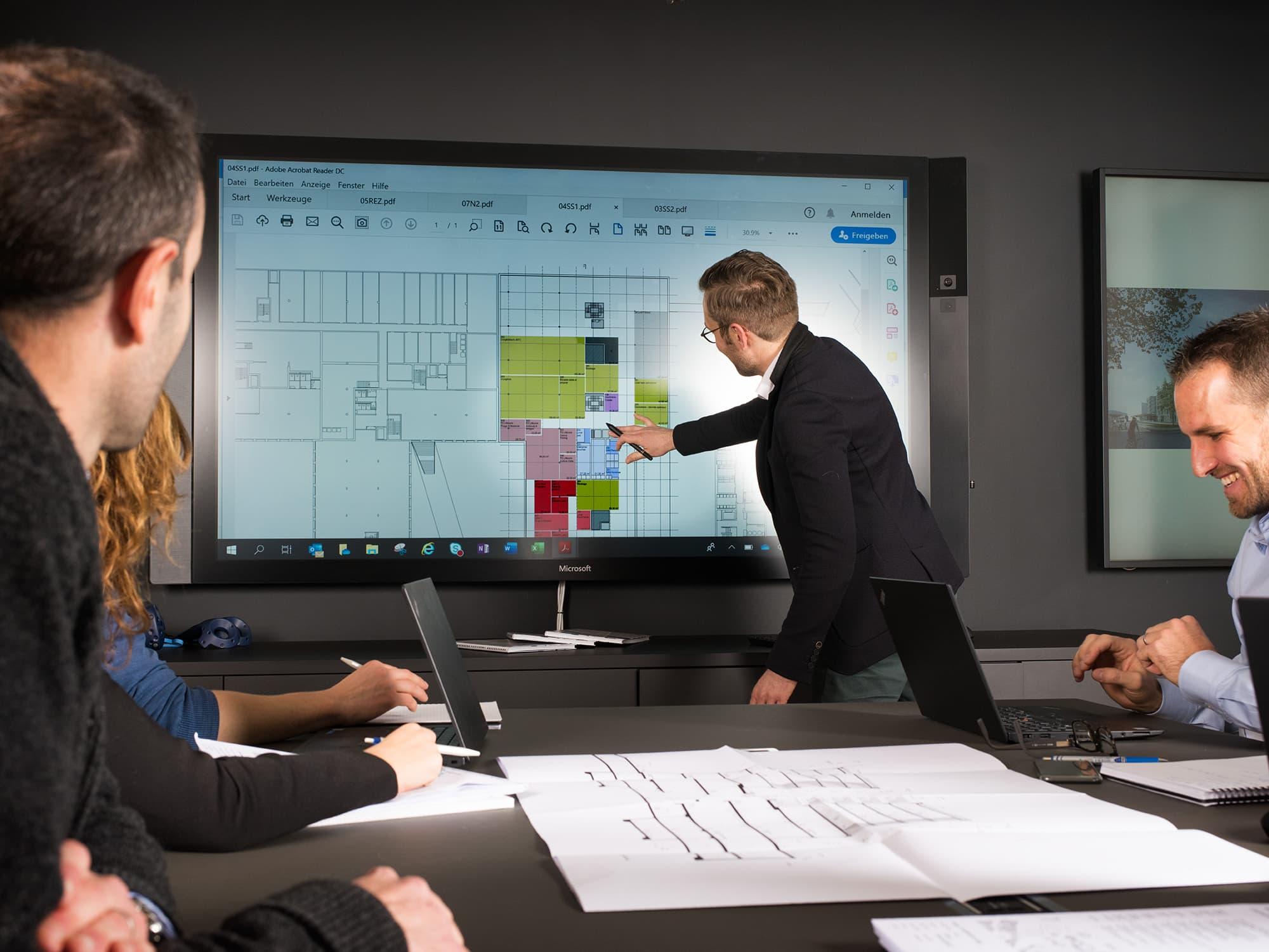 photo corporate d'un cadre d'entreprise menant une séance de travail