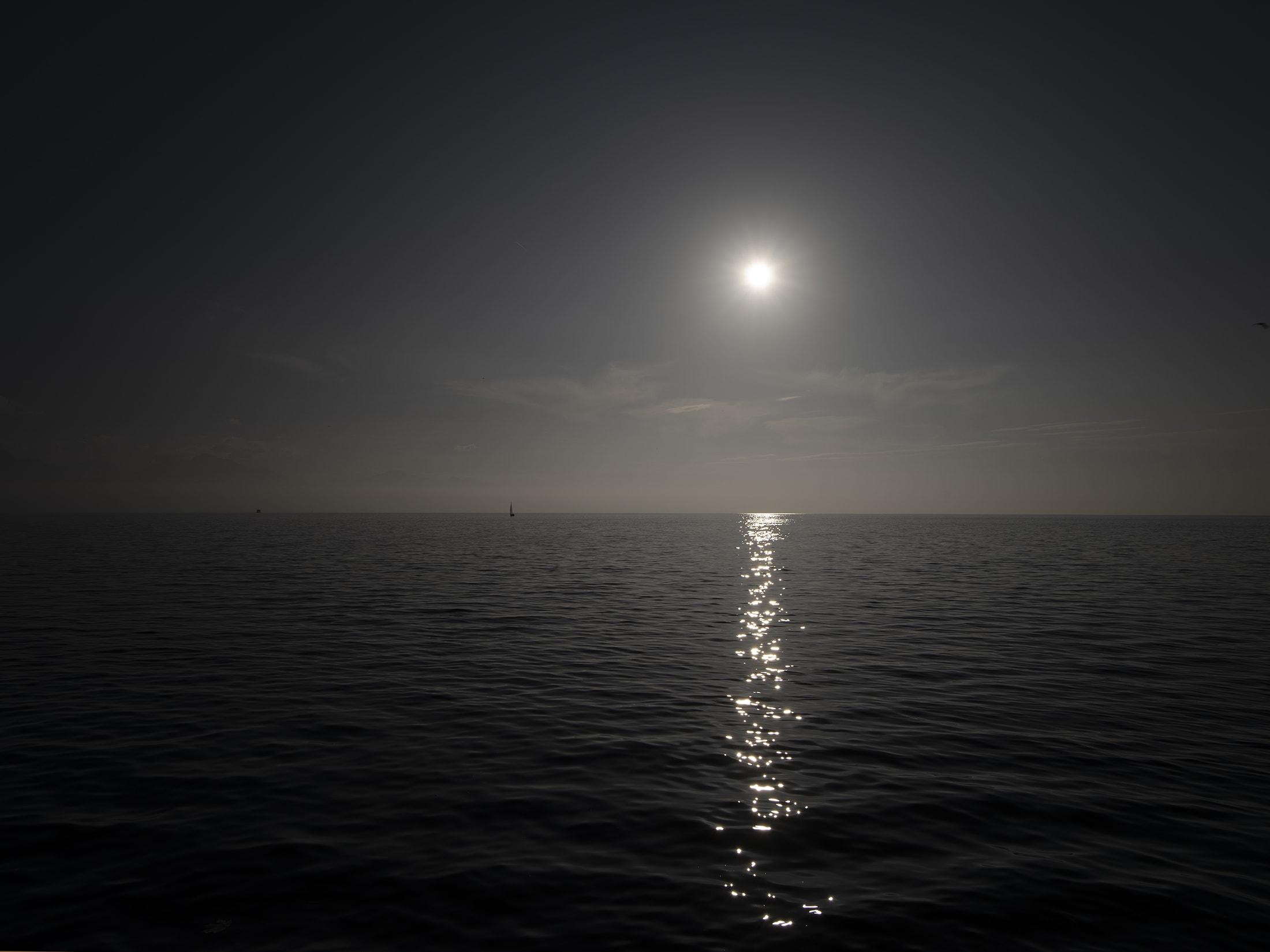 barque sur le lac durant la nuit