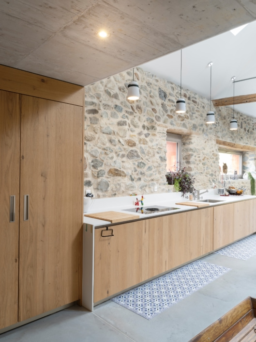 cuisine avec mur en vieilles pierres
