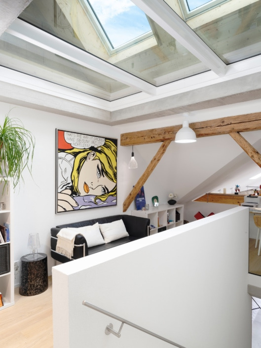 toile de peinture devant un escalier