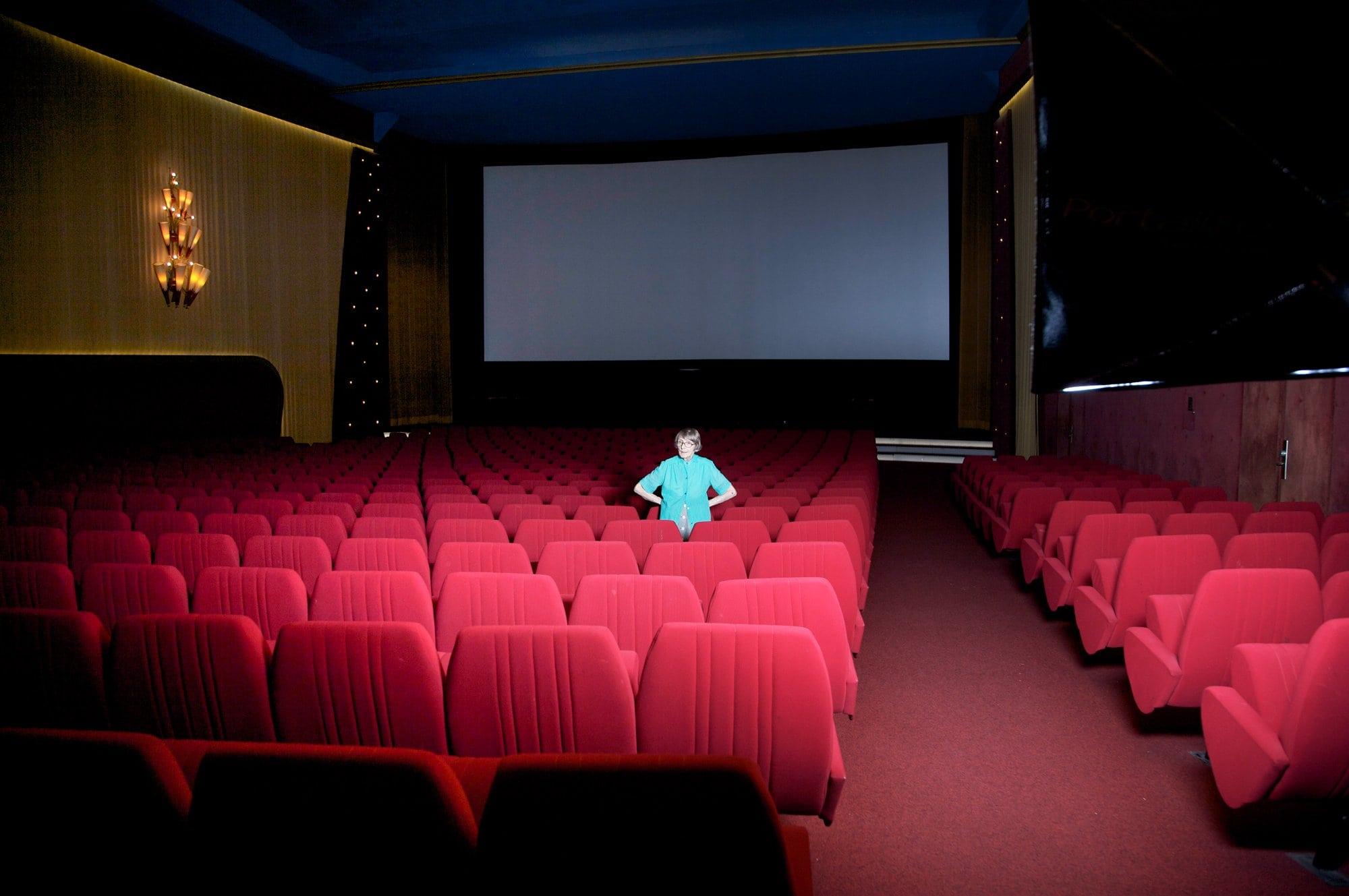 Lucienne Schnegg devant l'écran du cinéma le Capitole à Lausanne