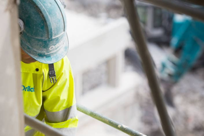 ouvrier sur un échafaudage de chaniter