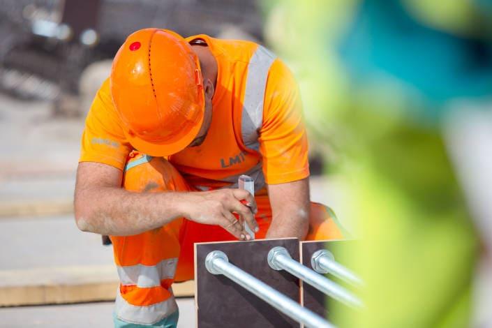 ouvrier de chantier en train de prendre des mesures