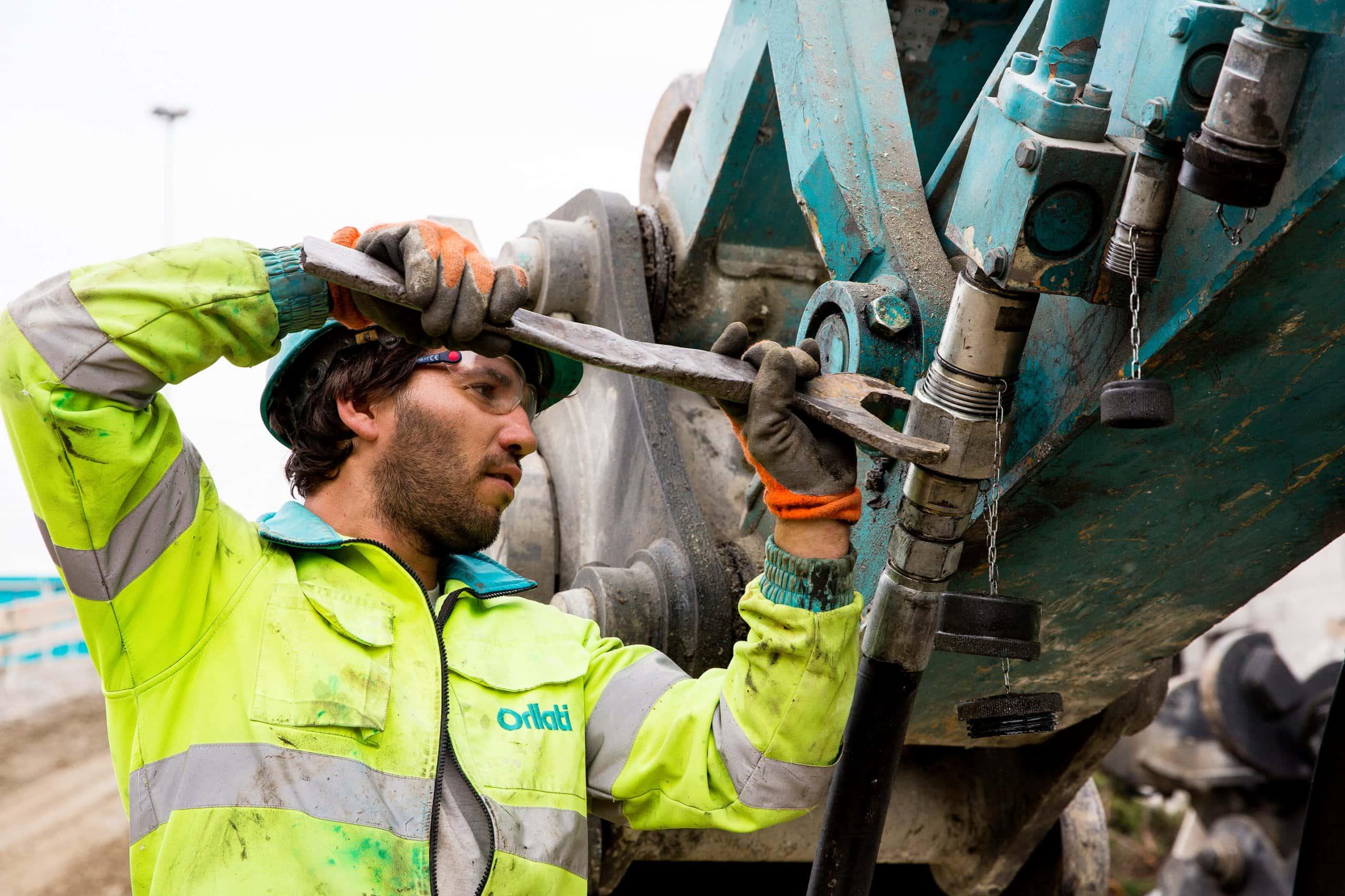 ouvrier en train d'actionner une clef à molette
