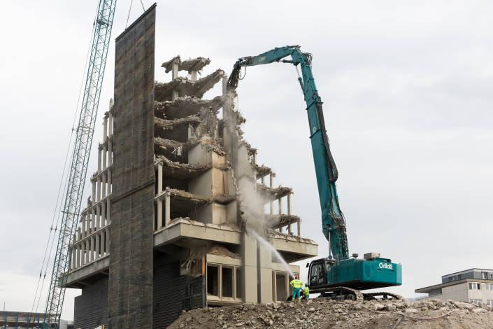broyeuse en train de détruire un immeuble