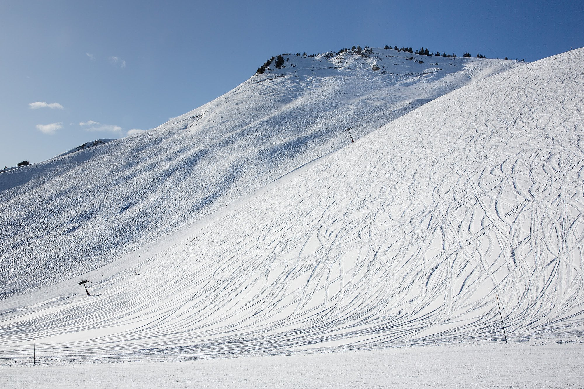 skieur accroché à la perche d'un remonte-pente