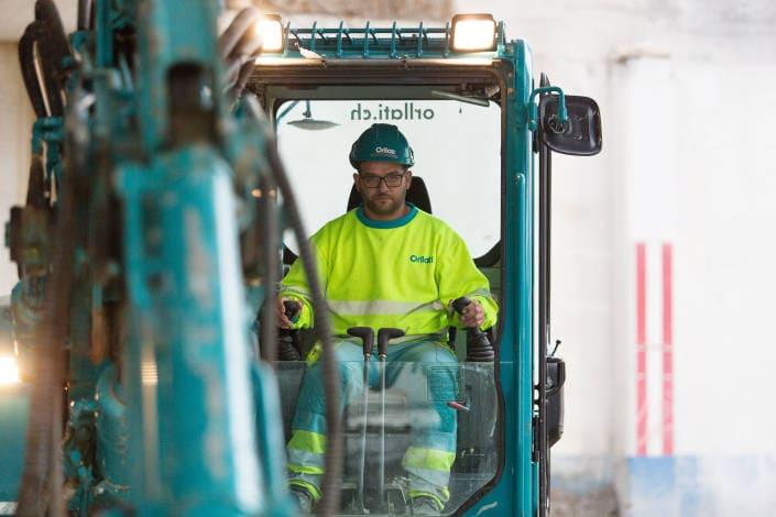 ouvrier de chantier qui pilote un véhicule