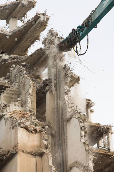 pelle mécanique en train de détruire un immeuble
