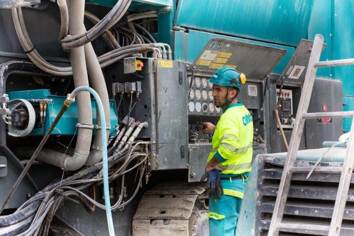 ouvrier en train d'actionner une machine