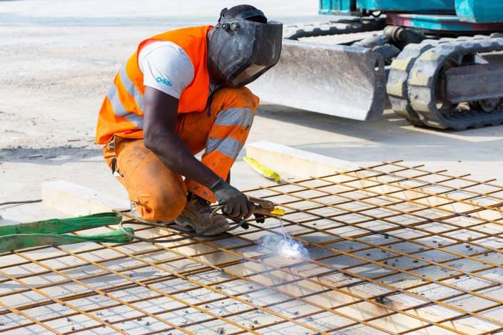 ouvrier de chantier en train de faire de la soudure