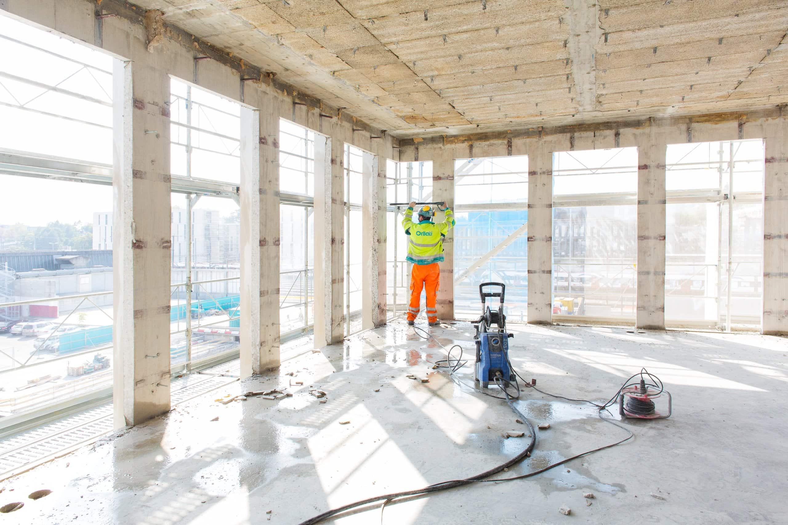 ouvrier en train désamienter un immeuble