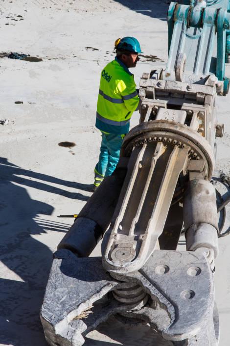 ouvrier de chantier en train de réviser un appareil
