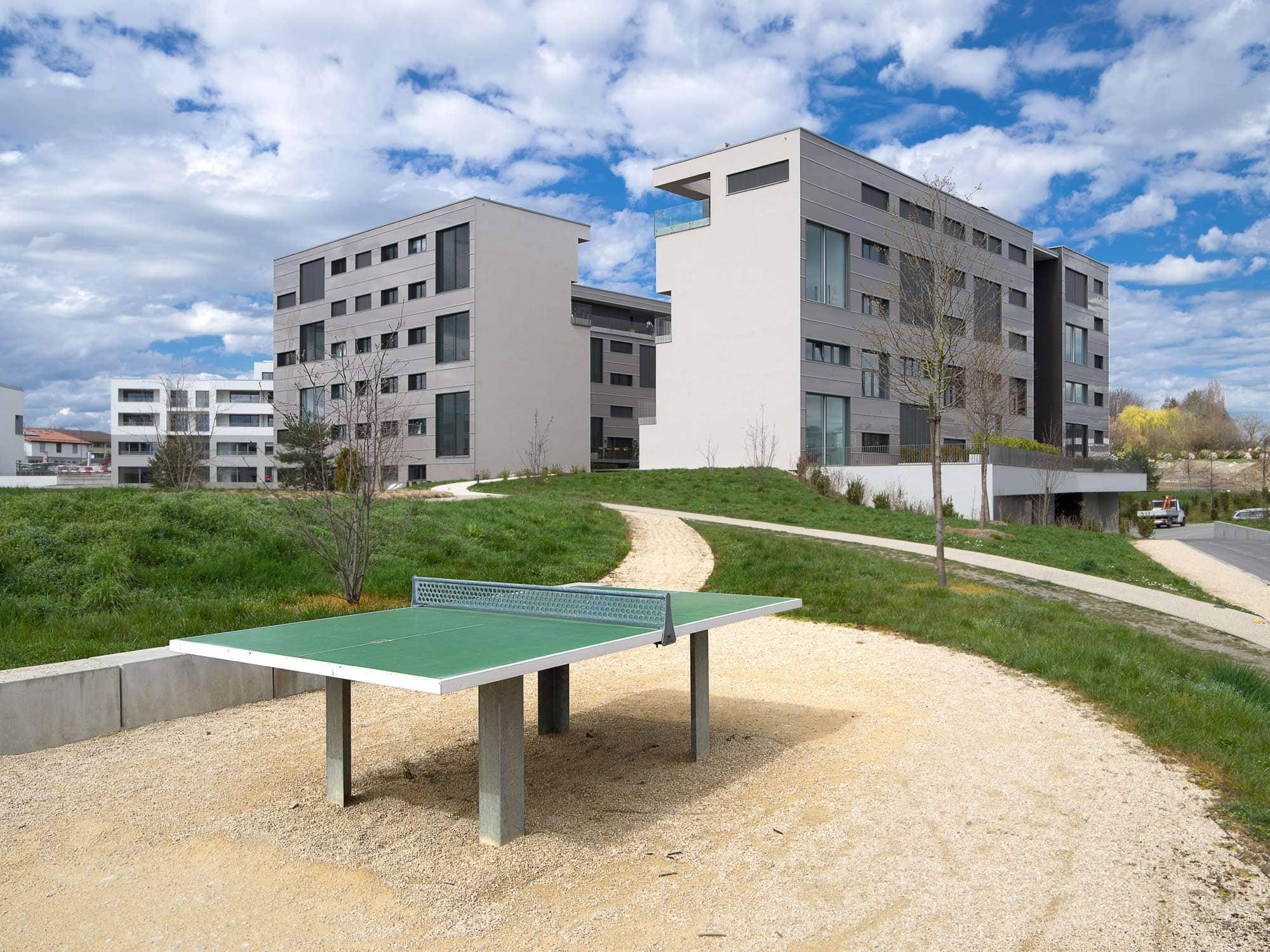 table de ping pong avec quartier d'habitation en arrièreplan