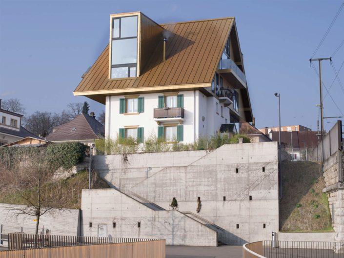 maison surmontée d'un grand toit en cuivre pour un concours d'architecture