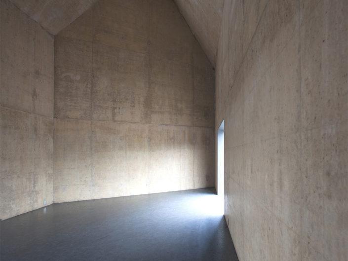 hall d'entrée avec une architecture en béton