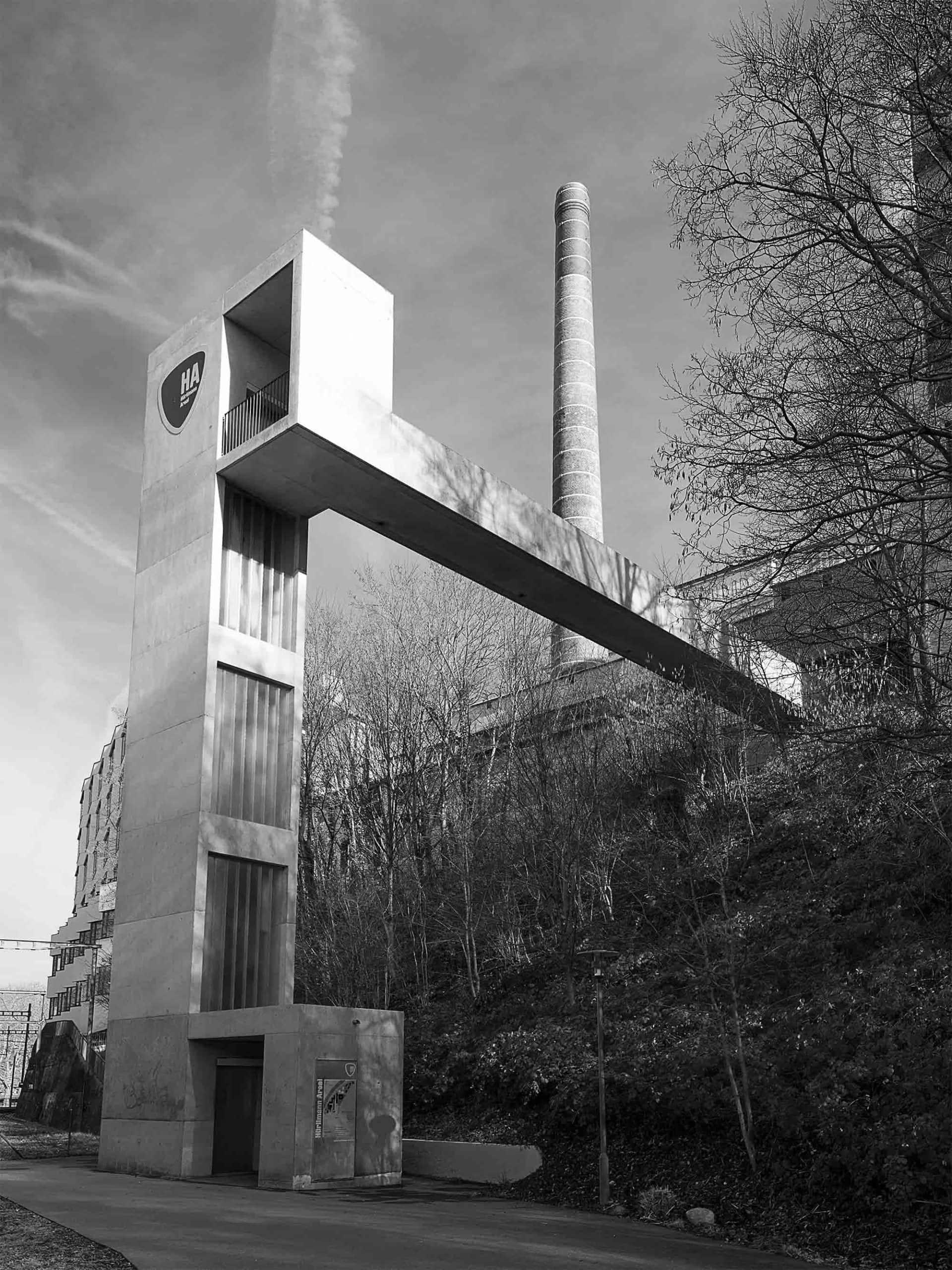 ascenseur menant à une longue passerelle