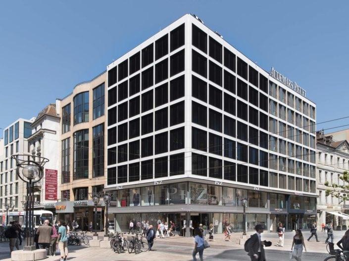 architecture montrant un angle de bâtiment avec façades adjacentes