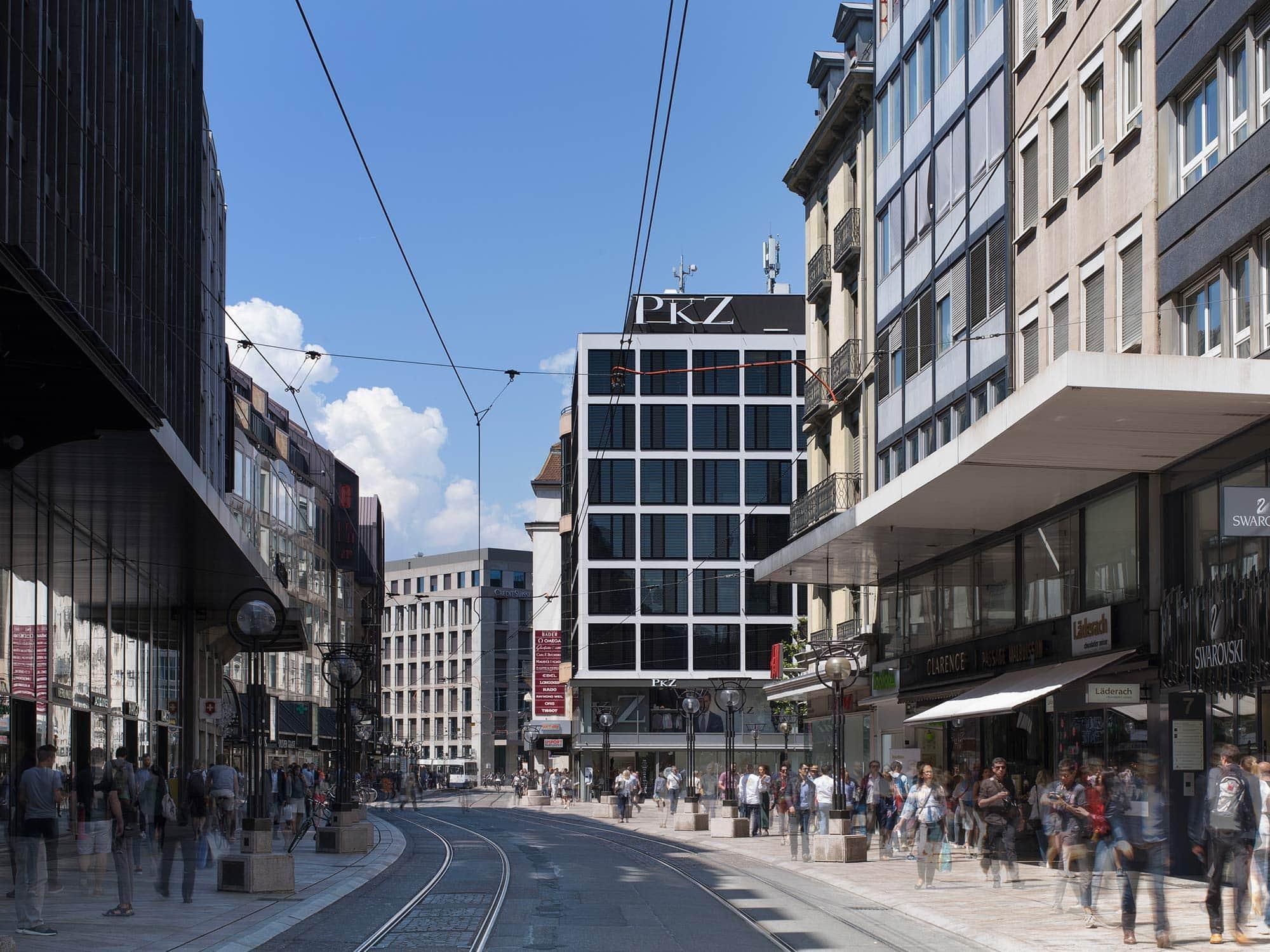 architecture avec une façade d'immeuble rénové photographié depuis un bout de rue