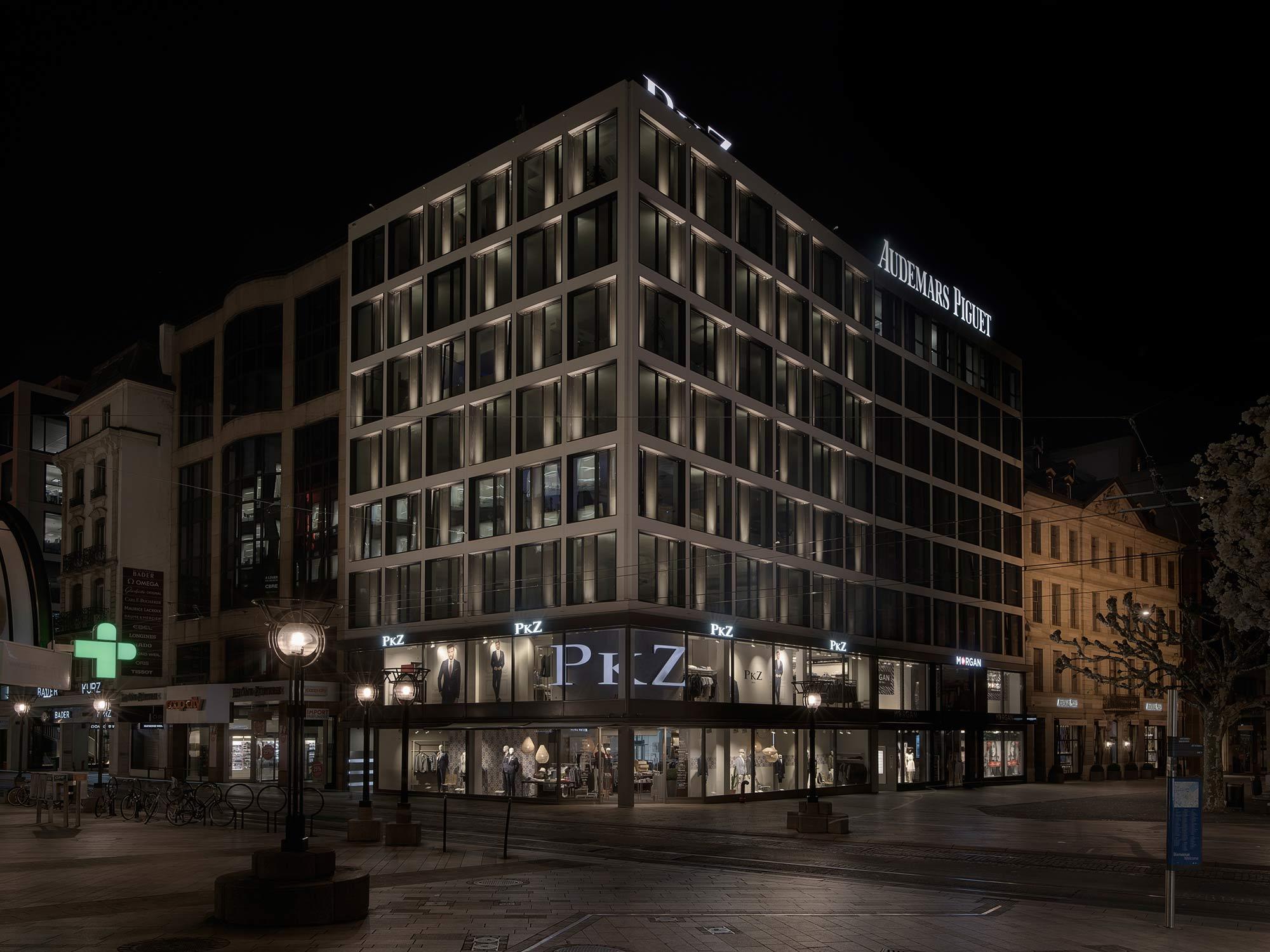 prise nocturne d'e l'ensemble d'un immeuble avec éclairage des façades