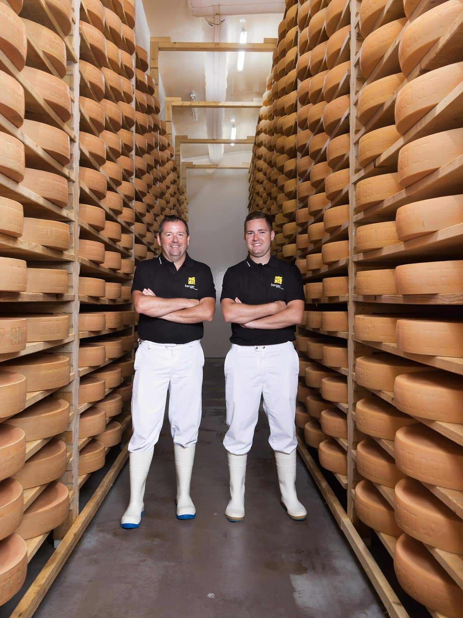 Portrait corporate de fromagers dans une cave à fromages