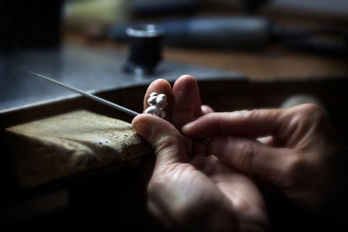 artisane en train de préparer une bague