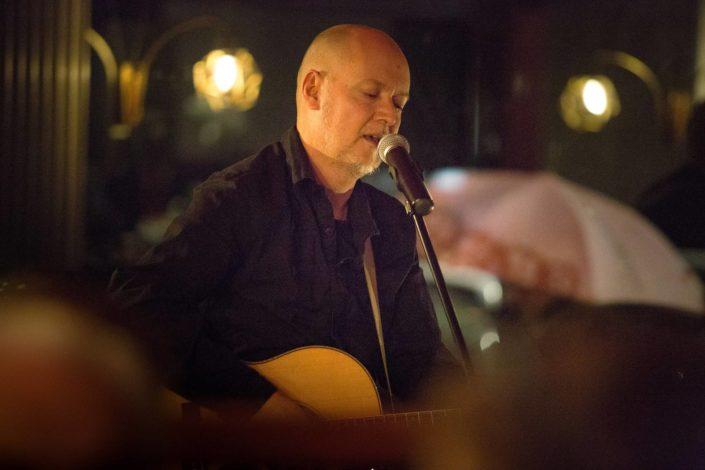 Pascal Rinalidi en train de jouer de la guitare