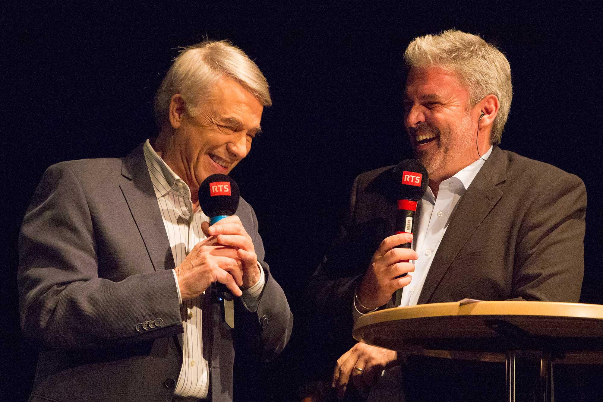 Sthéphane Thiébeaut rigole avec le chanteuravec Adamo