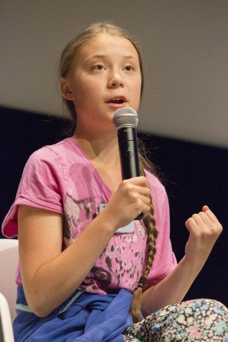 Greta Thunberg le poing levé à l'université de Lausanne