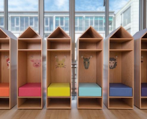 sièges avec coussins pour enfants dans une crèche