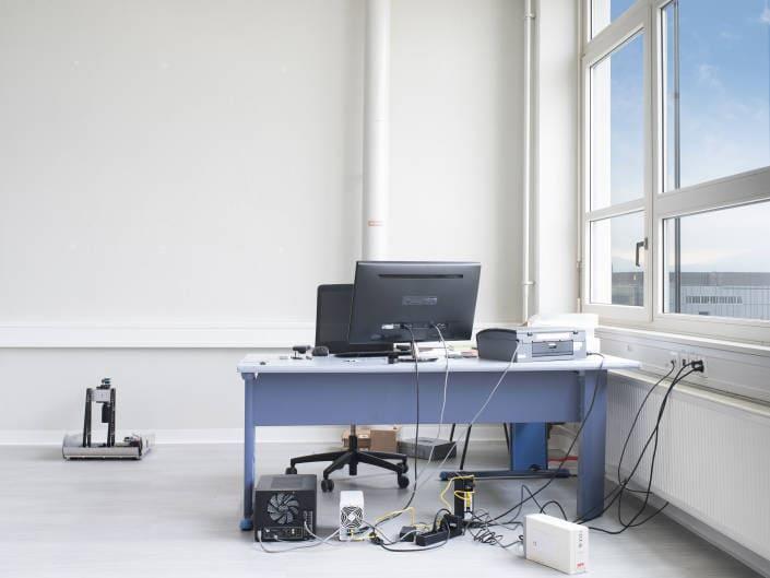 place de travail avec ordinateur en entreprise