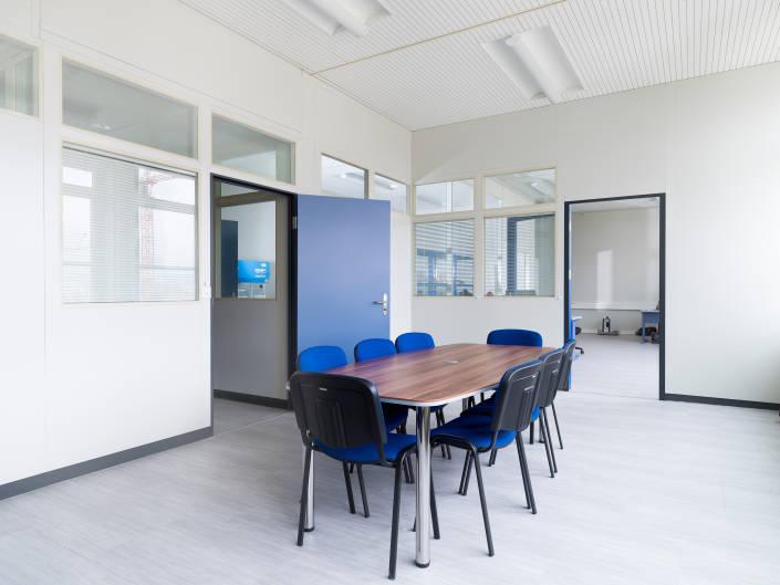 salle de conférence et une table et des chaises