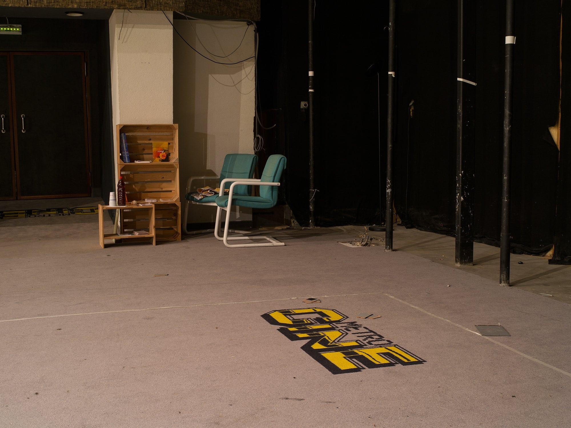 moquette dans un ancien cinéma où il est écrit Métrociné