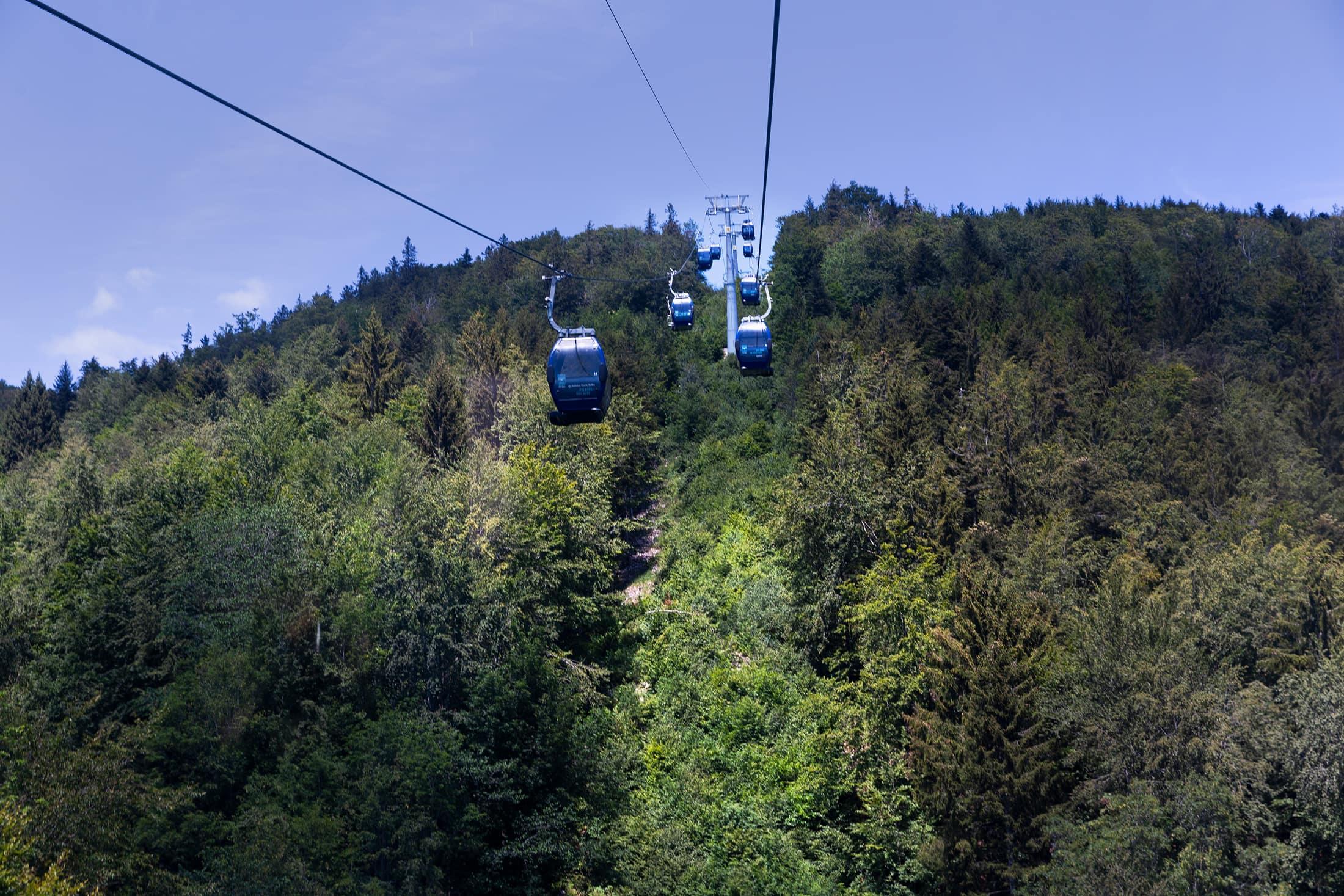 télécabines survolant le mont Wasserfallen